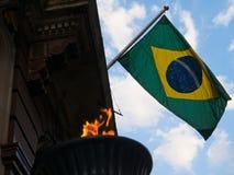 Vol brésilien de drapeau contre le ciel bleu image libre de droits