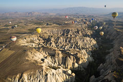 Vol chaud de ballon à air au-dessus de Cappadocia Photographie stock libre de droits