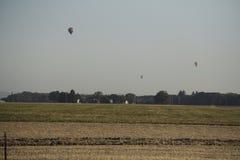 Vol chaud de ballon à air au-dessus de ferme Photographie stock libre de droits