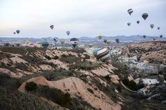 Vol chaud de ballon à air dans Cappadocia, Turquie Image libre de droits