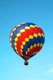 Vol chaud de ballon à air de Tricolored en ciel Photo libre de droits