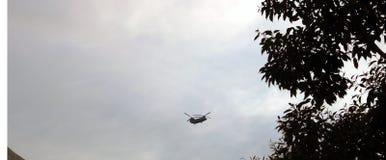 Vol chinook d'hélicoptère par temps nuageux de Chandigarh images stock