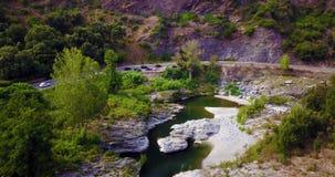 Vol cinématographique au-dessus d'une rivière banque de vidéos