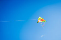 Vol coloré de cerf-volant dans le vent images stock