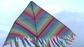 Vol coloré de cerf-volant dans le vent Plan rapproché de cerf-volant de vol clips vidéos