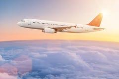 Vol commercial d'avion au-dessus des nuages Photographie stock