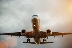 Vol commercial d'avion au-dessus des nuages Photos libres de droits