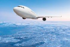 Vol commercial d'avion au-dessus des nuages Photo stock