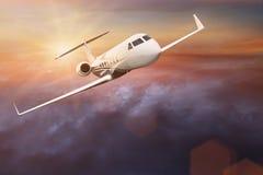 Vol commercial d'avion au-dessus des nuages Image stock