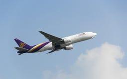 Vol commercial d'avion dans le ciel Photographie stock