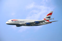 Vol commercial d'avion dans le ciel Images libres de droits