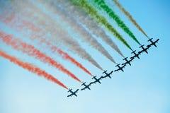 Vol d'équipe de vols acrobatiques dans la formation Image libre de droits
