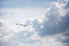 Vol d'équipe de vols acrobatiques dans la formation Photographie stock libre de droits