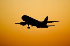 Vol d'aéronefs au coucher du soleil Images stock