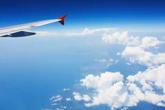 Vol d'aéronefs au-dessus des nuages Photographie stock libre de droits