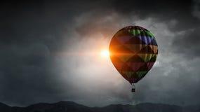 Vol d'aérostat au-dessus des nuages Media mélangé Image stock