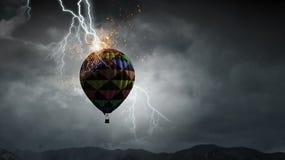 Vol d'aérostat au-dessus des nuages Media mélangé Photo stock