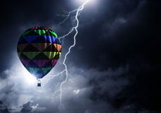 Vol d'aérostat au-dessus des nuages Media mélangé Photos libres de droits