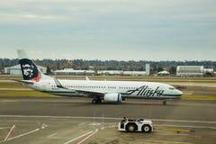 Vol d'Alaska Airlines avant décollage Images stock