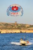 Vol d'attraction au-dessus de la mer sur un parachute Photos stock