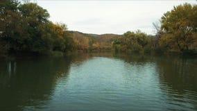 Vol d'automne au-dessus de la rivière UZH, transcarpathienne banque de vidéos