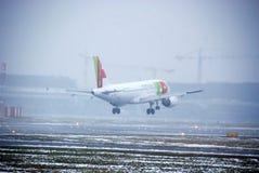 Vol d'avion au-dessus de l'aéroport Chopin à Varsovie, Pologne Photos libres de droits