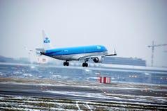 Vol d'avion au-dessus de l'aéroport Chopin à Varsovie, Pologne Image libre de droits
