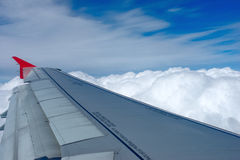 Vol d'avion au-dessus des nuages Photographie stock