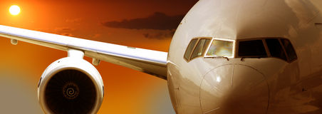 Vol d'avion, coucher du soleil Image libre de droits