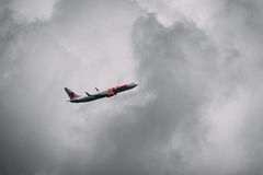 Vol d'avion dans la tempête Images stock