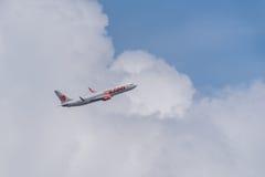 Vol d'avion dans la tempête Photographie stock
