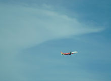 Vol d'avion dans le ciel Photos libres de droits