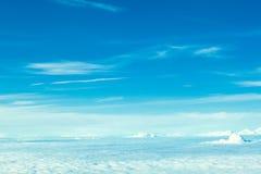 Vol d'avion dans le ciel bleu parmi les nuages blancs photos stock