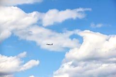 Vol d'avion dans un ciel nuageux Images stock