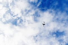 Vol d'avion dans un ciel nuageux Photo libre de droits