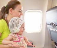 Vol d'avion de l'intérieur Femme et enfant voyageant ensemble Images libres de droits