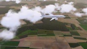 Vol d'avion de ligne de passager de Brandless parmi les nuages 4K clips vidéos