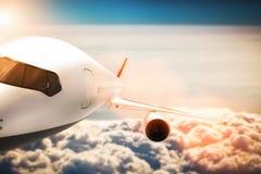 Vol d'avion de passager au soleil, ciel bleu Image stock