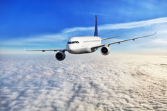Vol d'avion de passagers au-dessus des nuages Photo stock