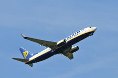 Vol d'avion de Ryanair Images libres de droits