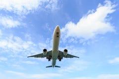 Vol d'avion sous le ciel bleu et le nuage blanc en Thaïlande Photographie stock libre de droits
