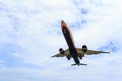 Vol d'avion sous le ciel bleu et le nuage blanc en Thaïlande Images stock