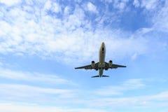 Vol d'avion sous le ciel bleu et le nuage blanc en Thaïlande Photos stock