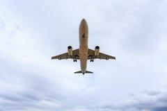 Vol d'avion sous le ciel bleu et le nuage blanc en Thaïlande Image libre de droits