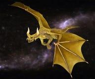 Vol d'or de dragon sur un ciel étoilé Image stock