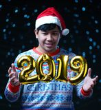 Vol d'or du ballon 2019 autour de costume de port de Noël de l'homme photos libres de droits