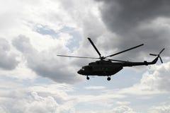 Vol d'hélicoptère contre le ciel Photo stock