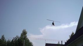 Vol d'hélicoptère dans un ciel banque de vidéos