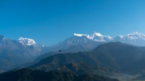 Vol d'hélicoptère parmi des montagnes, Pokhara, Népal Photographie stock