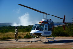 Vol d'hélicoptère sur la rivière et la Victoria Falls de Zambesi zimbabwe Images stock